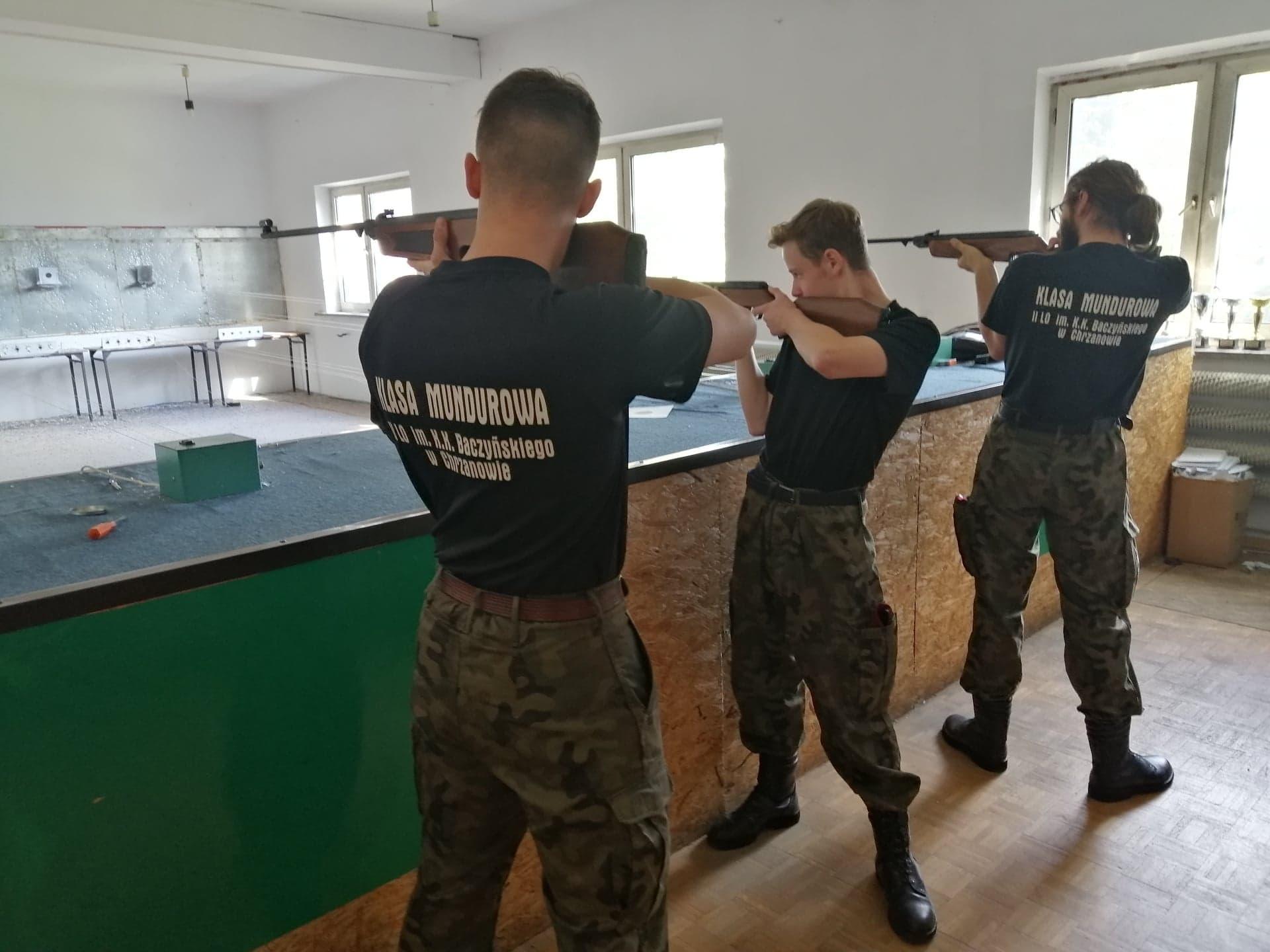 Klasa mundurowa na zajęciach na strzelnicy LOK w Chrzanowie