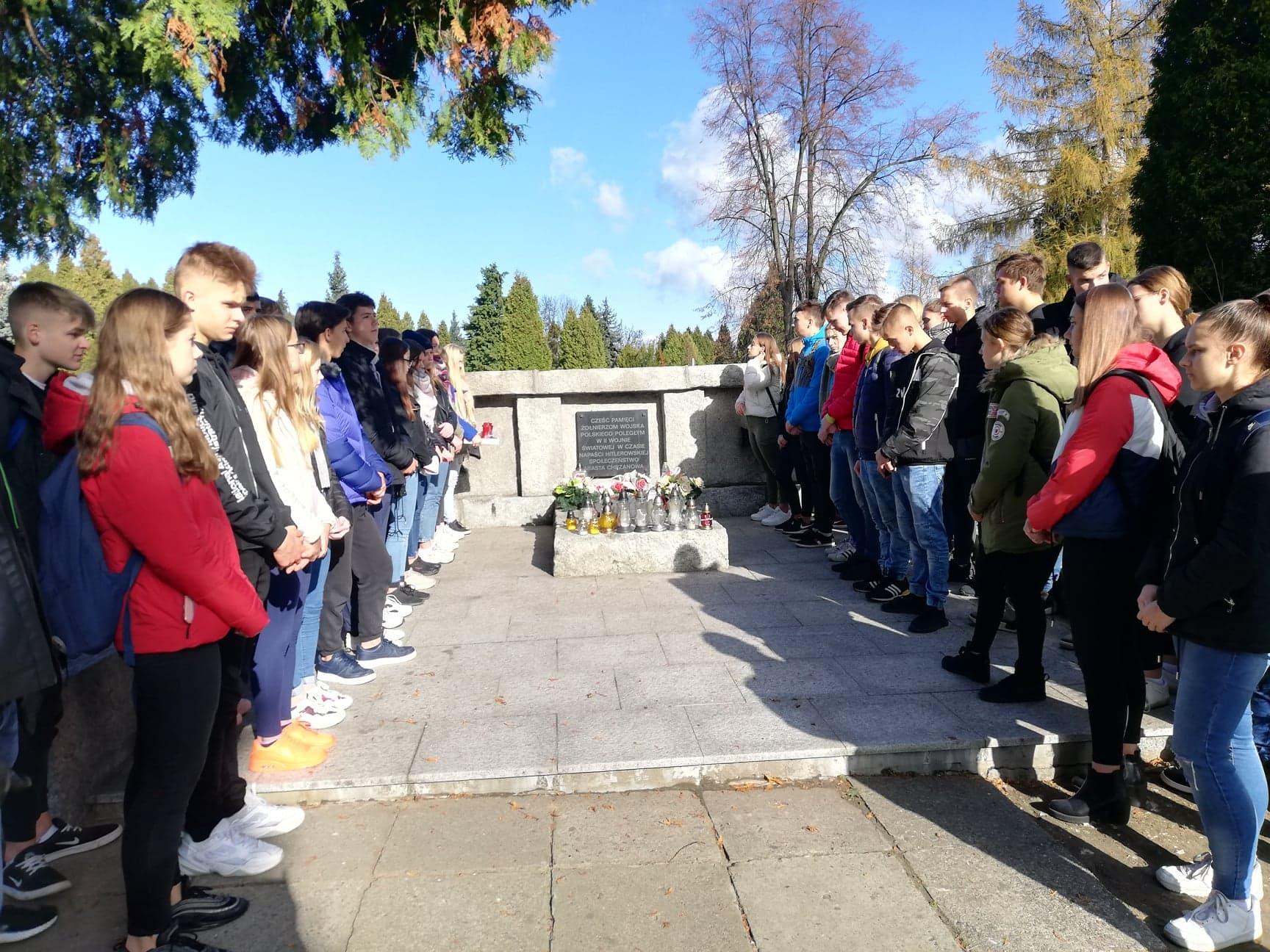 """""""Naród, który traci pamięć przestaje być Narodem...""""klasy mundurowe uczciły pamięć poległych żołnierzy."""