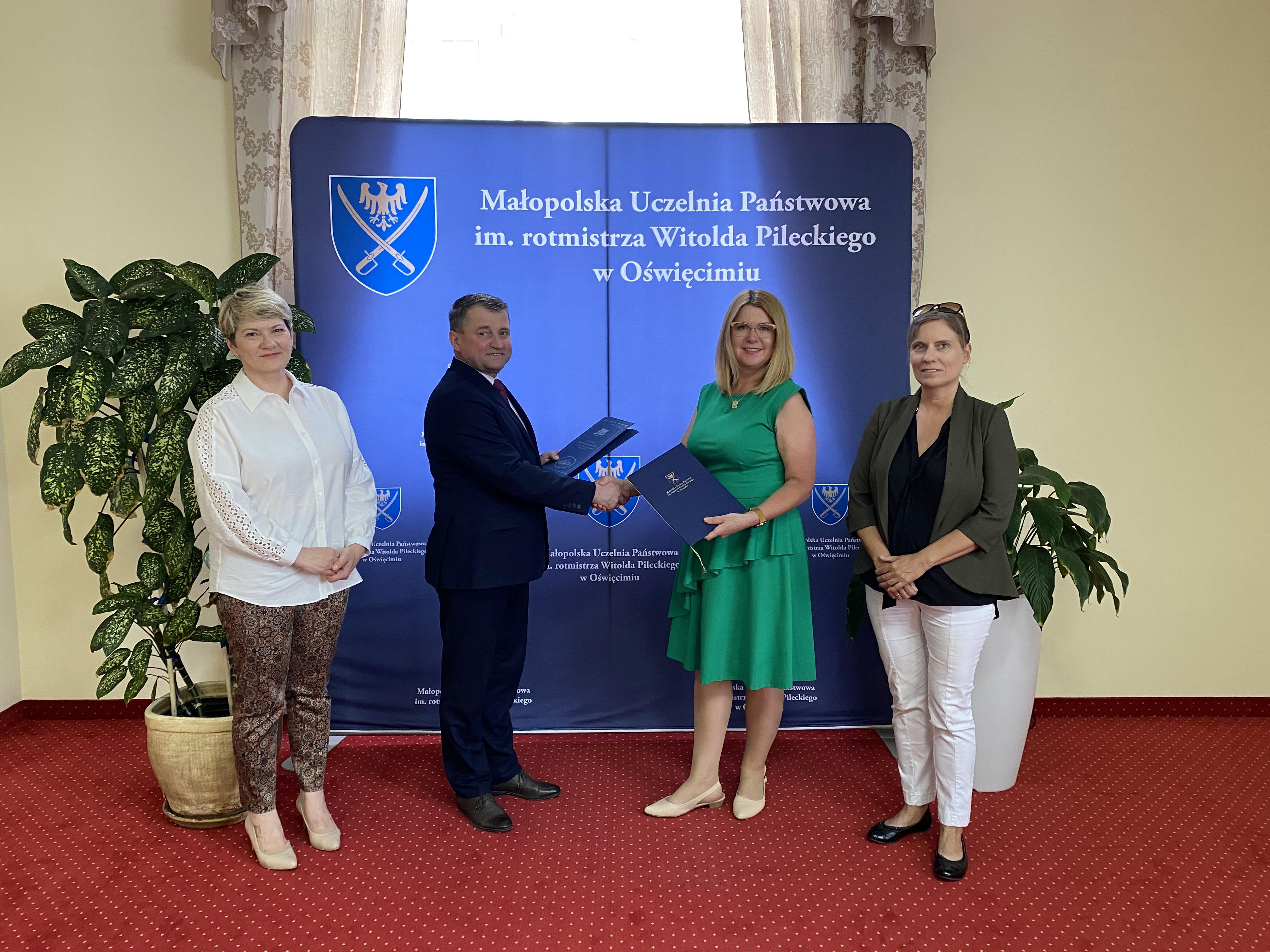 Dyrektor szkoły podpisał porozumienie o współpracy z Małopolską Uczelnią Państwową im. rotmistrza Witolda Pileckiego w Oświęcimiu.
