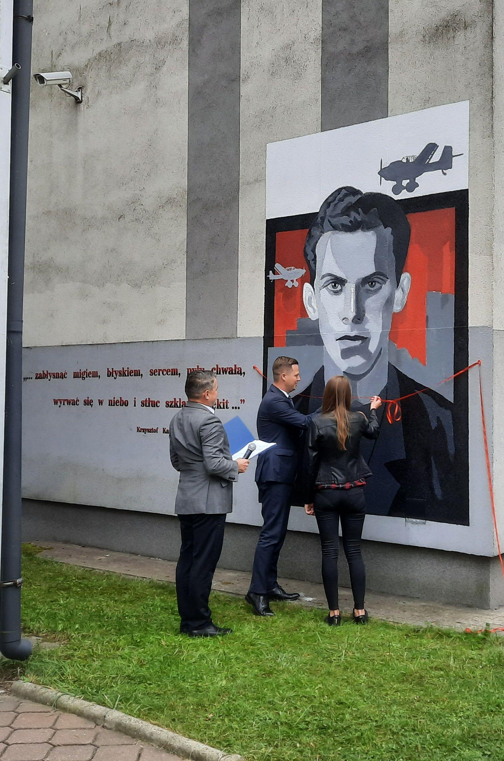 Uroczyste odebranie muralu upamiętniającego Krzysztofa Kamila Baczyńskiego, patrona II Liceum